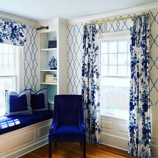 There's just something about a built in nook that makes a room seem so much more cozy.  #📷 @katesmithinteriors  #thechinoiseriecollective #blueandwhite #chinoiserie #interiordesign #builtins #patternplay