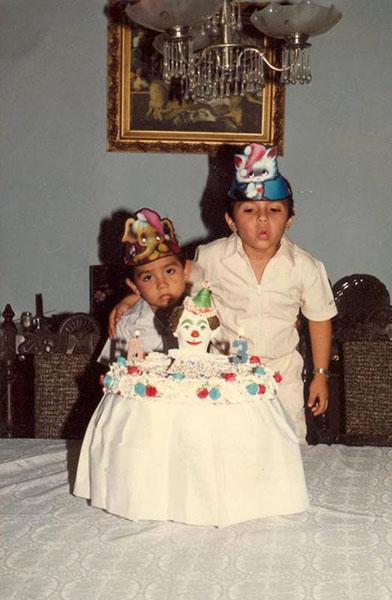 """Jaime Daza   """"Año:1984. Lugar:La casa en el barrio San Luis (Chapinero).El porque de dos números en el ponqué? Porque nacíen la misma semana que naciómi hermano, entonces a él le celebraban el cumpleaños y a mi me endosaban la misma fiesta, el mismo gorro y medio ponqué.PD:nótese la lampara lagrimeante. sweet 80's"""""""