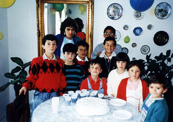 """Juan Pablo Varela   """"Adjunto una foto de mi cumpleaños (creo que de 7 años)celebrado en Suba. Yo soy el niño al centro orejirojo. Están mis primos y dos amigos a los cuales nunca volvía ver.También la hija de la empleada con la cual me daba picos a escondidas, pero cuya identidad no voy a revelar. Saludos. Estoy casi seguro que esto fue el 27 de septiembre del 1988""""."""