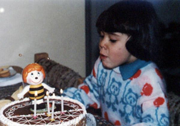 """María Paulina Buendía   """"Ahíles mi foto del japiverdei con la Abejita Maya. Eso fue en 1986 cuando cumpli 4 añitos!!!"""""""