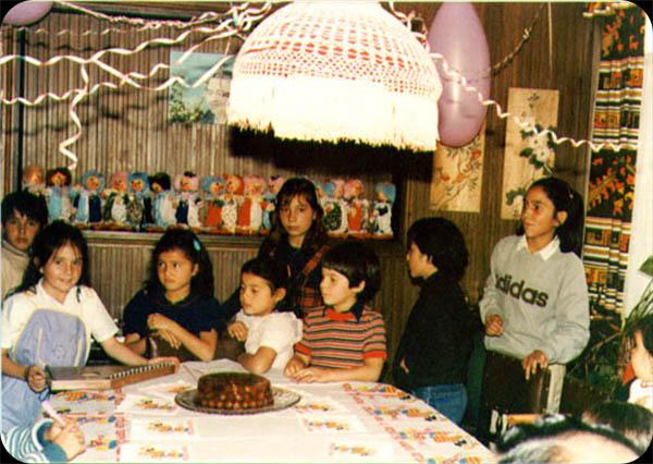 """Carolina Martínez    """"1982.Mi cumpleaños No. 2. Motivo de la fiesta: payasos. En el mantel, en las servilletas y en las sorpresas...Estaban todos mis primos y yo soy la del cachete grande a la derecha."""""""