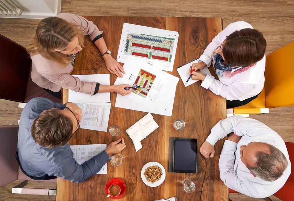 Corporateshooting für die neue Webseite und zur Gewinnung von neuen Mitarbeitern. Fotografiert in einer Villa in Berlin Zehlendorf. Meetinggruppe von oben fotografiert.