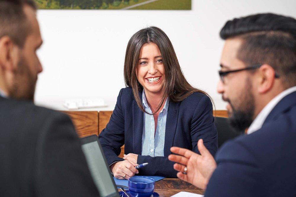 Corporateshooting für die neue Webseite und zur Gewinnung von neuen Mitarbeitern. Bewerbungsgespräch für neue Mitarbeiterin. Dreier Mitarbeiter unterhalten sich.