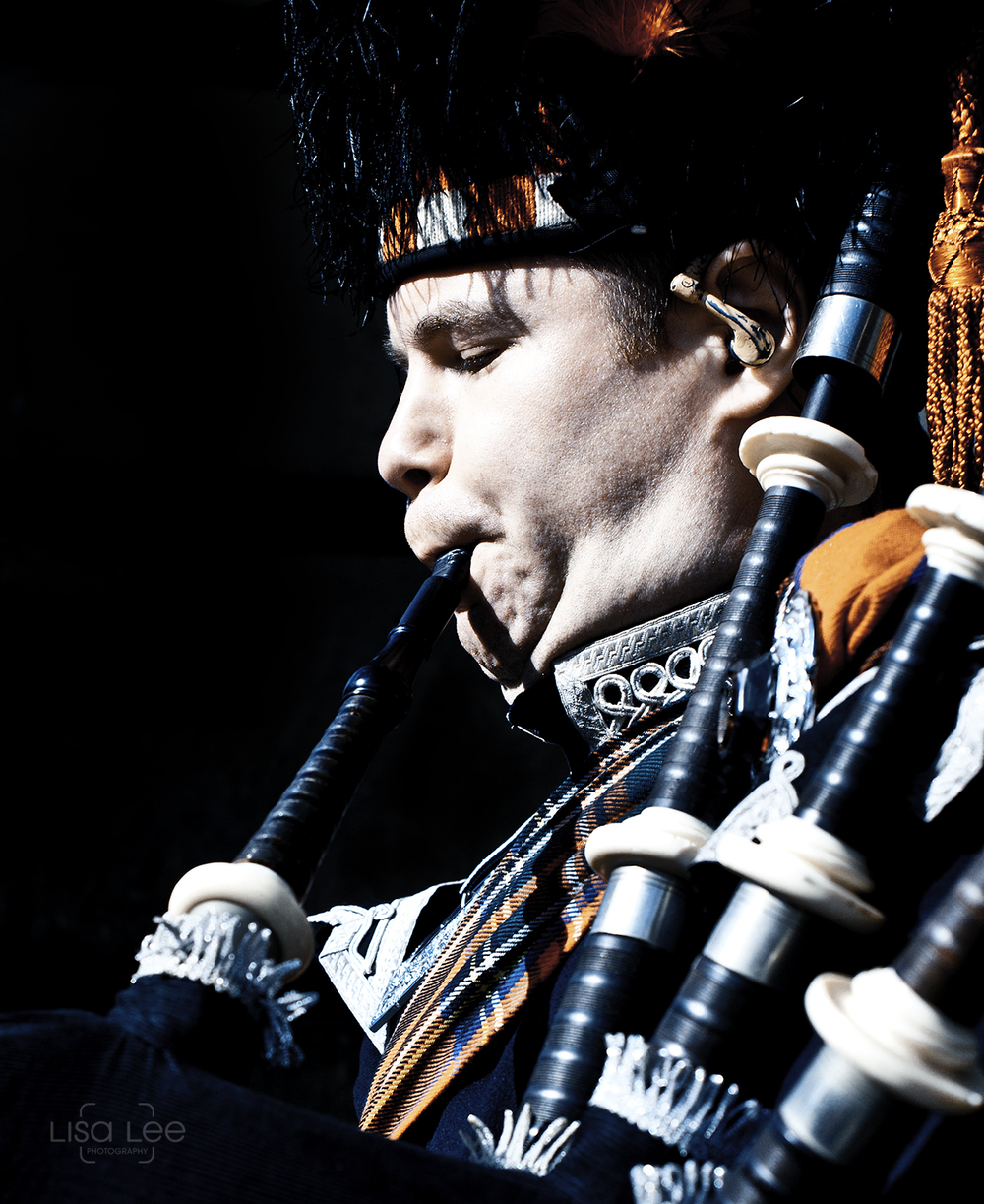 people-portrait-photography-scotland-edinburgh-bagpiper.jpg