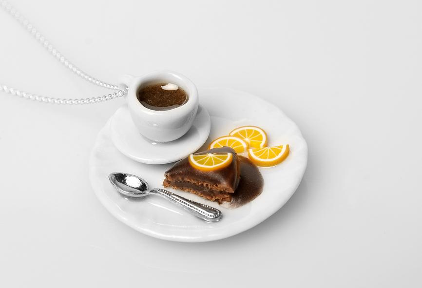stort fat m kaffe og sjokoladekake.jpg