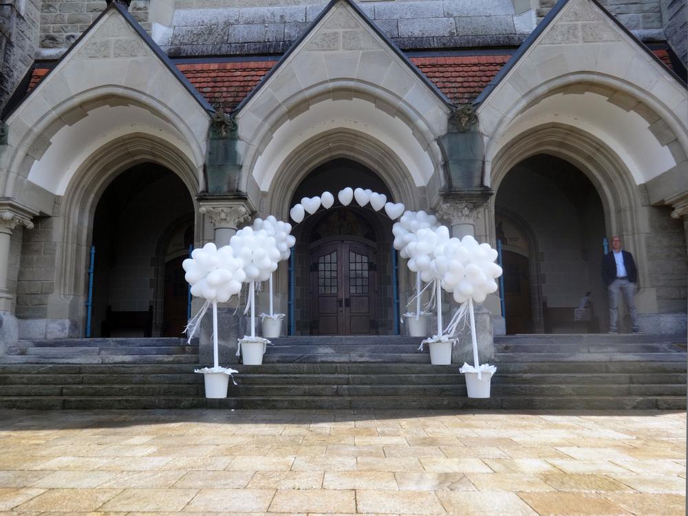 Hochzeit_Spalier_Ballonbaeume.jpg