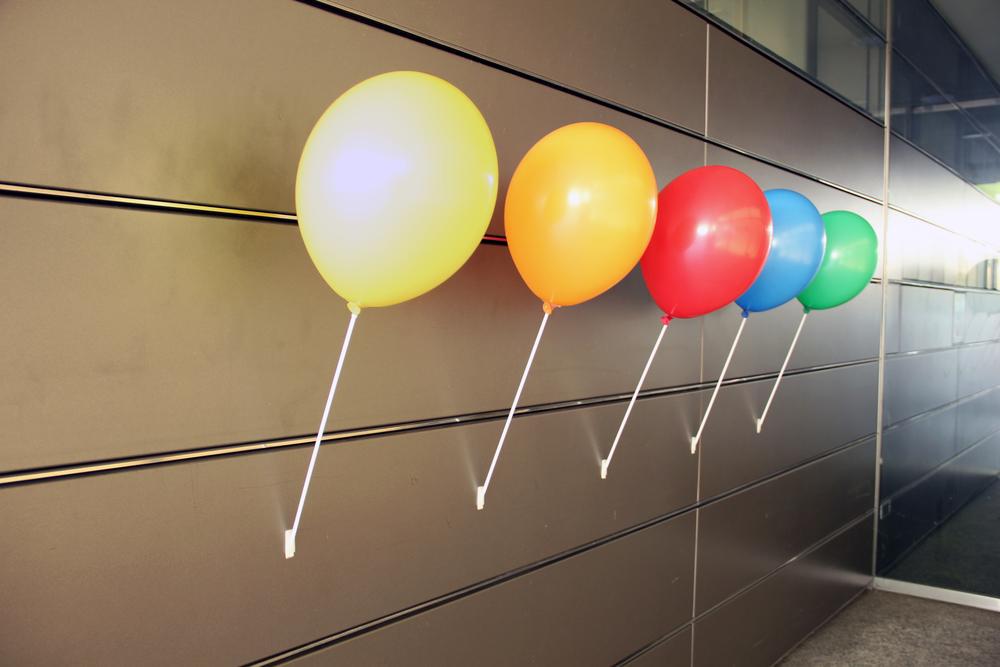 """Wandhalter """"Walter"""" als Wandbefestigung für Ballonstäbe mit Cups. 20 Stk. 30.90 CHF 100 Stk. 139.00 CHF 500 Stk. 589.00 CHF 1'000 Stk. 1'059.00 CHF"""