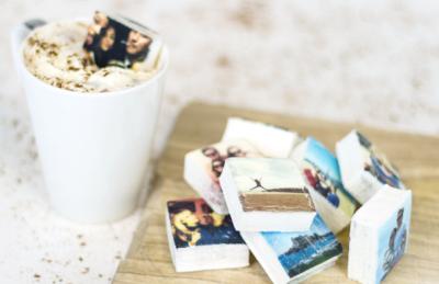 Instagram & Comida Instagram e comida são dois conceitos que nos habituamos a ver juntos, e quem utilize a aplicação é diariamente bombardeado com saborosas fotos. Mas curiosamente, ver com frequência um tipo de comida no instagram pode deixar-nos enjoados e com menos vontade de a comer, como foi comprovado num artigo recente. Para não deixar a ligação entre a comida e o instagram morrer, uma empresa da Grã-Bretanha decidiu inverter o jogo. Por apenas 2$, os utilizadores do Instagram podem agora imprimir as suas fotos em comida (mais precisamente em marshmallows) e realmente saborear as suas fotos. Sofia Carvalho