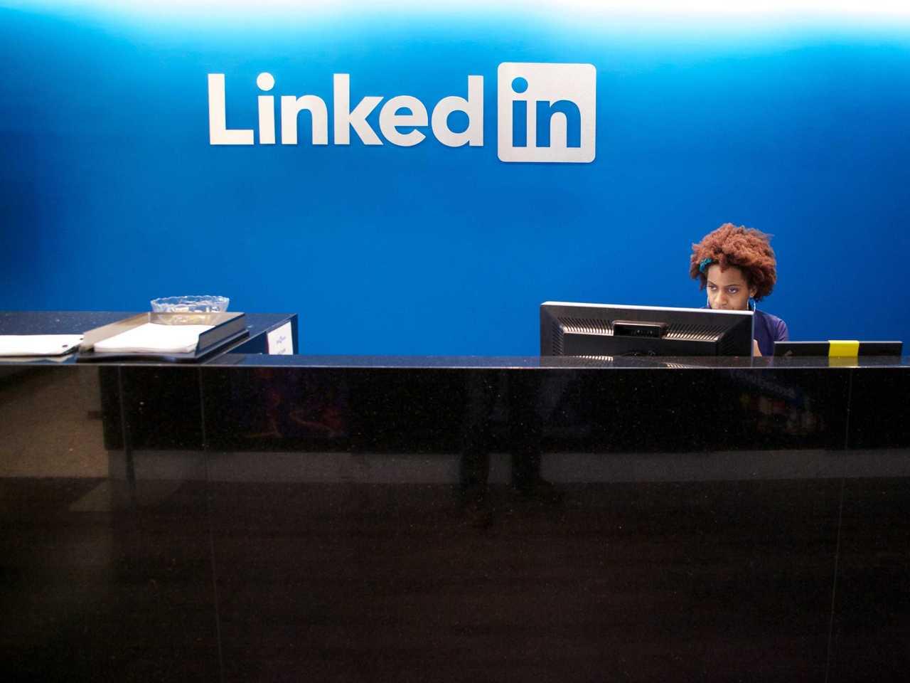 LinkedIn com novas ferramentas analíticas O LinkedIn implementou recentemente uma série de alterações que melhora a perspetiva analítica da sua plataforma. Desta forma, torna-se agora mais fácil entender quem visita a nossa página e quem vê e interage com os nossos posts. Dos exemplos a que já tivemos acesso, vê-se um alcance bastante superior àquele conseguido atualmente com o Facebook, bem como uma maior taxa de click nos posts com links. Para além disto, os exemplos de benchmark e a profundidade de alguma informação (podemos ver categorizações bastante interessantes sobre quem nos segue, por exemplo), são uma excelente notícia para uma plataforma cada vez mais utilizada pela Comunicação Corporativa e pelos departamentos de recursos humanos das empresas. via Linkedin Pedro Pinto