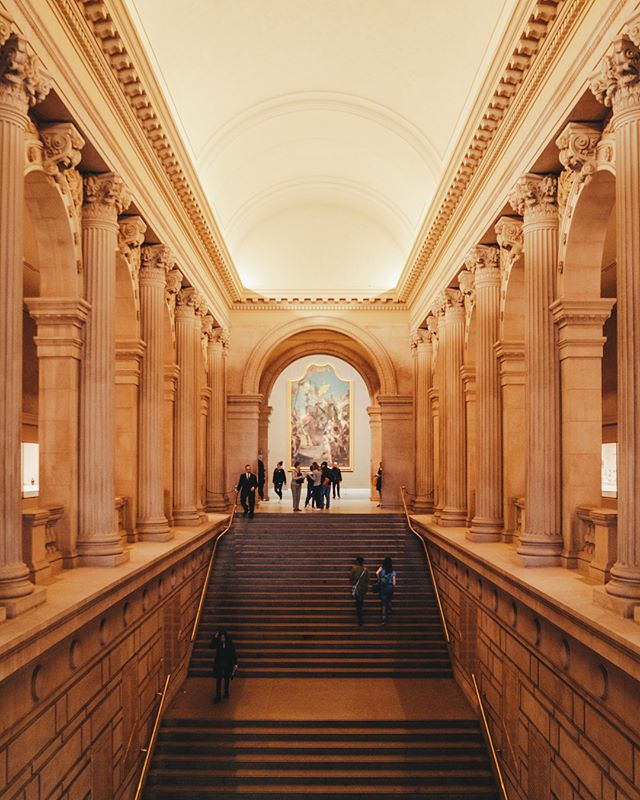 [ Architecture Through Art ] • Um dos museus mais clássicos e renomados de Nova York é o MET, The Metropolitan Museum of Art. Seu acervo com mais de 5000 obras vai desde Civilizações Antigas à Arte Contemporânea. Além de ter uma linda arquitetura que varia de acordo com as alas do museu. Quem conseguir tirar um dia para visitar as exposições, vale muito a pena!  Qual o seu museu favorito de NY? . One of New York's most classic and renowned museums is The MET, The Metropolitan Museum of Art. Its art collection with more of 5000 pieces covers since the Ancient Civilizations to the Contemporary Art. In addition to having a beautiful architecture that changes according to the museum wings. Anyone who manages to take a day to visit the exhibits, is well worth it! What is your favorite NY museum?