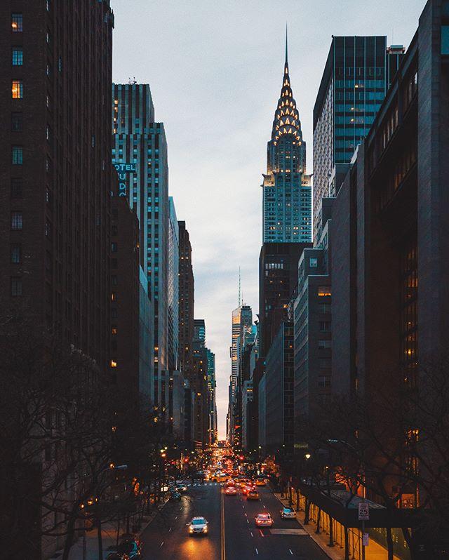 [ Tudor City Overpass | 42nd Street ] • Um dos locais que mais gostei de fotografar no por do sol em NYC foi a vista do Tudor City Overpass. Sua fama se deve ao evento chamado Manhattanhenge, quando o sol se põe reto ao horizonte entre os prédios. Não era uma dessas ocasiões, mas toda a essência desse cenário estava presente ao final de um lindo dia em Nova York. / One of the places I loved to shoot the sunset in NYC was from Tudor City Overpass. Its fame is due to the event called Manhattanhenge, when the sun sets straight to the horizon between the buildings. It wasn't one of these occasions, but the whole essence of the scenario was present at the end of a beautiful day in New York.