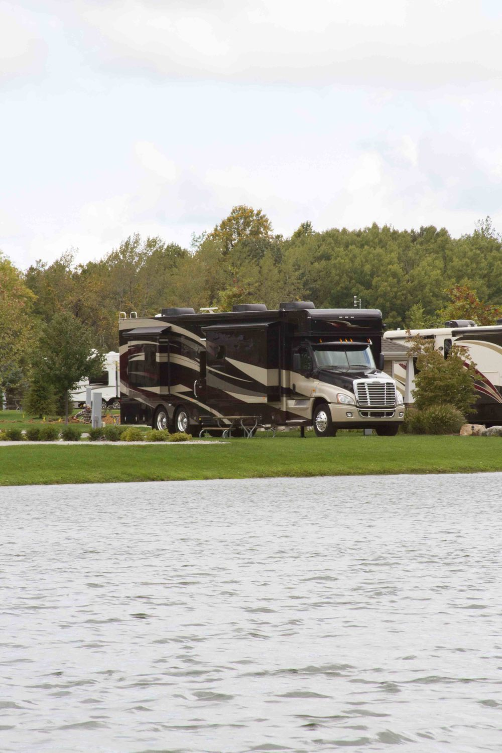 HAULMARK MOTOR COACH LAKE VIEW
