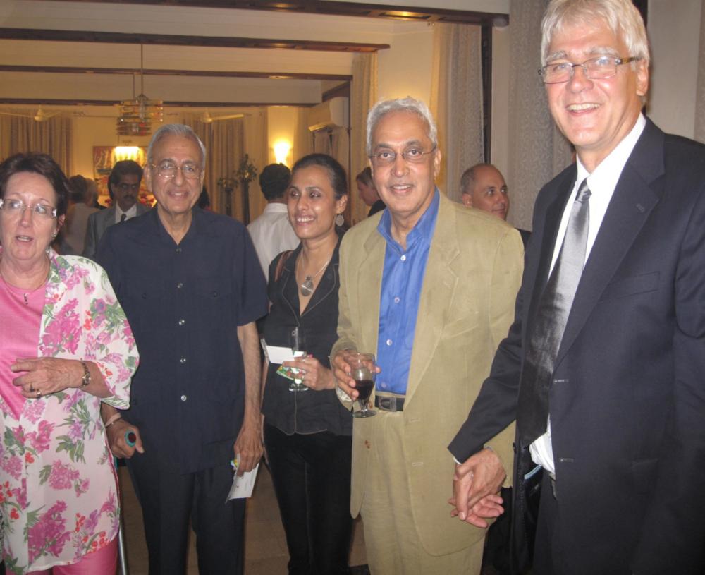 Na soloconcert bij de Nederlandse Consul Generaal, o.a. Marijke van Drunen (l.) en Anand.