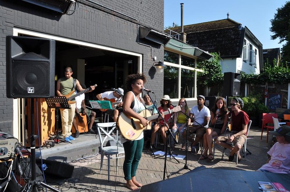 Julia (zang en gitaar) met een solostuk.