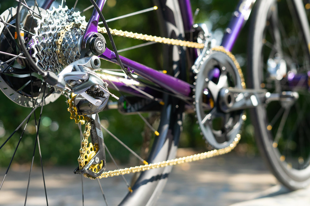 Choose flat mount brakes & thru-axle hubs for a race ready feel w/ 3.5lbs frame weight