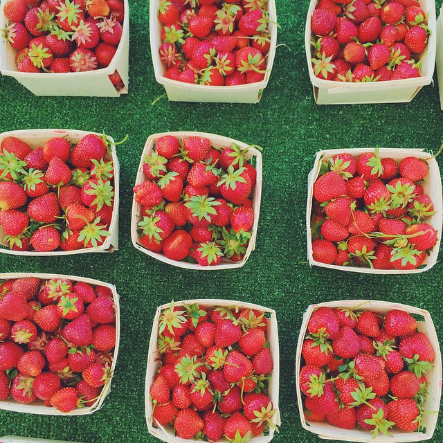 Strawberry season is back! 🍓🍓🍓 Yay for the farmers markets! 🙌 #milkstripes #stylist #chicagostylist #styleblogger #chicagoblogger #windycitybloggers #fashionblogger  #strawberry #red