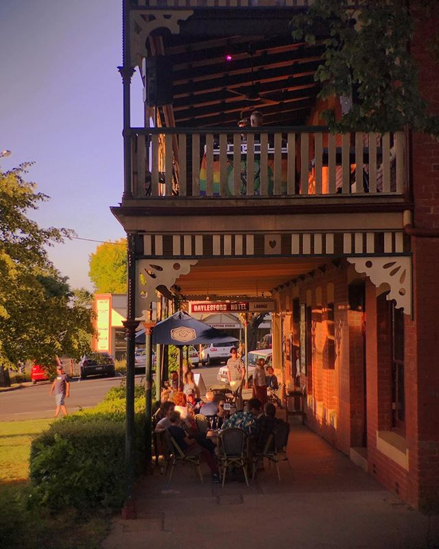 Enjoy dinner outside and watch the sunset with us ☀️ . . . #Daylesford #daylesfordhotel #daylesfordsunset #visitvictoria #visitdaylesford #dmrtourism #daylesfordmacedonlife #drinklocal #eatlocal