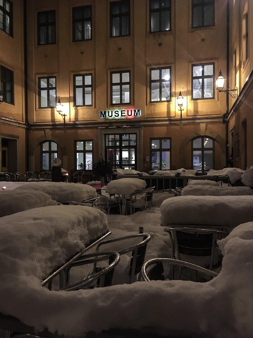 Fotograf Johan Wahlgren fotograferar på Myntkabinettet för Tellmediagroup