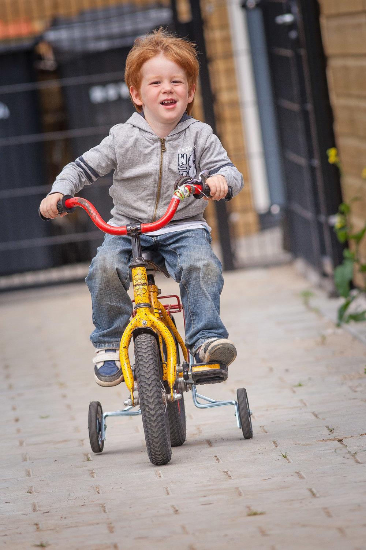 Jongetje op fiets met steunwielen