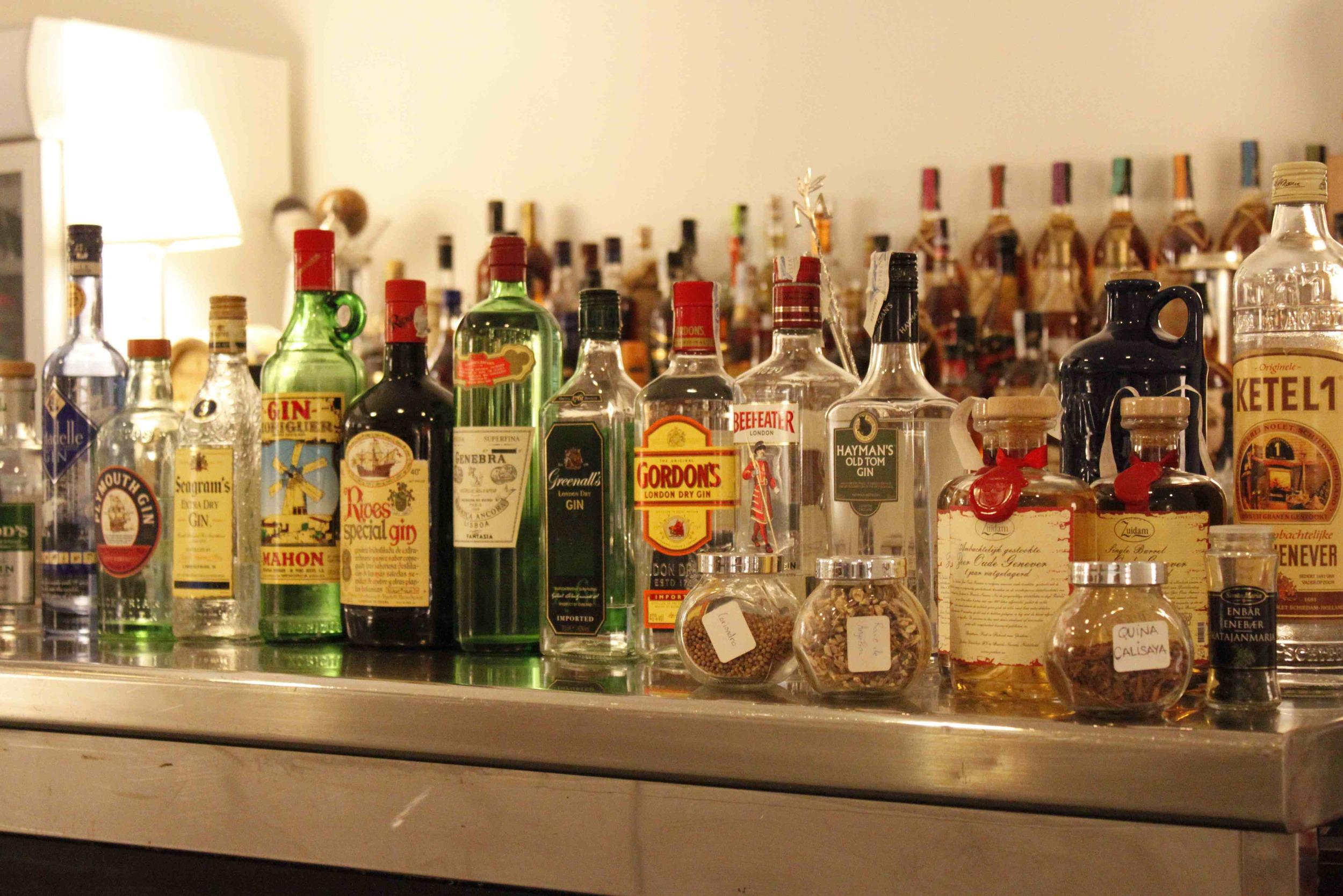 47 gin présentés au cours de l'atelier (et la même quantité rangée sur des étagères)