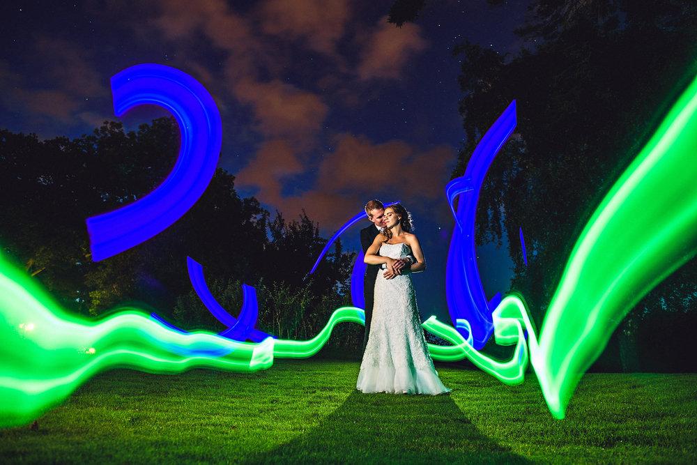 Nattportretter - Stativ, lang lukkertid og selvutløser. Lyst til å avslutte albumet med et smell? Et skikkelig siste bilde på bryllupsdagen? Når forholdene gjør det mulig pleier jeg å ta portretter i mørket. Jeg viser deg alt du trenger å vite for å blande tilgjengelig lys, blitz, lommelykt, mobiltelefon, LED-lys eller hva slags lyskilde du måtte ha for hånden.