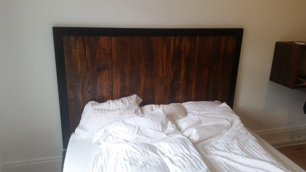 Sengegavl - 160 x 100 - 5.450,00 Kr. Materialer - pallerammer med mat sort træ kant farver - sort/brun design - lodrette striber