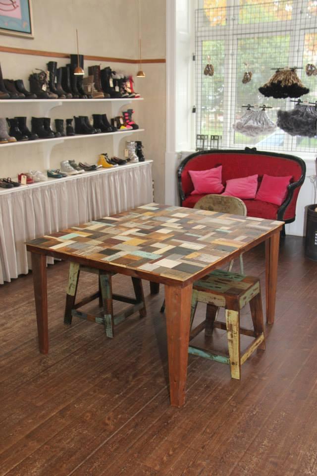 Trekantede ben på et ternet bord