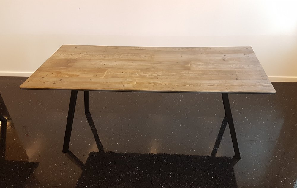 Et Gråt bord fra Woodliving