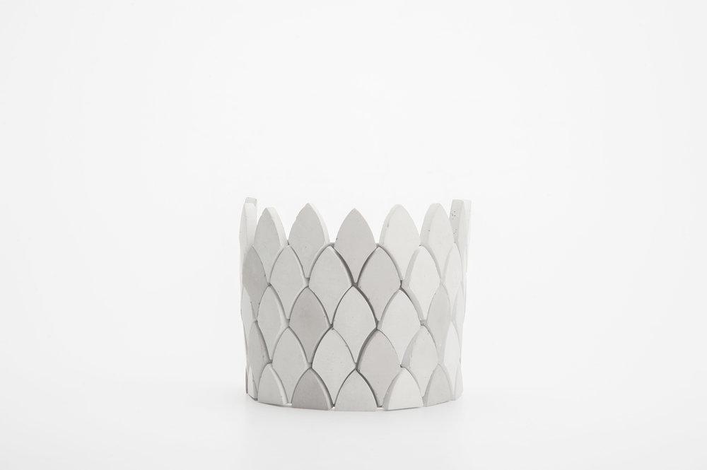 JOYERIA:El concreto es percibido como fuerza y resistencia, sin embargo es visto como un material duro, pesado y masculino.El juego de Collar y Pulsera busca representar el concreto de una manera más femenina, flexible y suave al momento de interactuar con la piel.