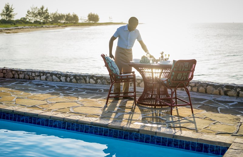 AMED_Poolside_Dining_02_G_A_H_P.jpg