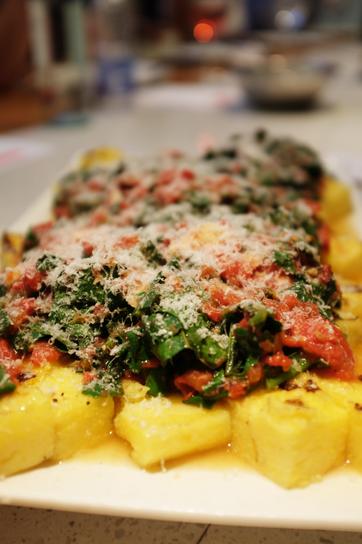 Polenta grillée accompagnée d'une sauce tomate au basilic