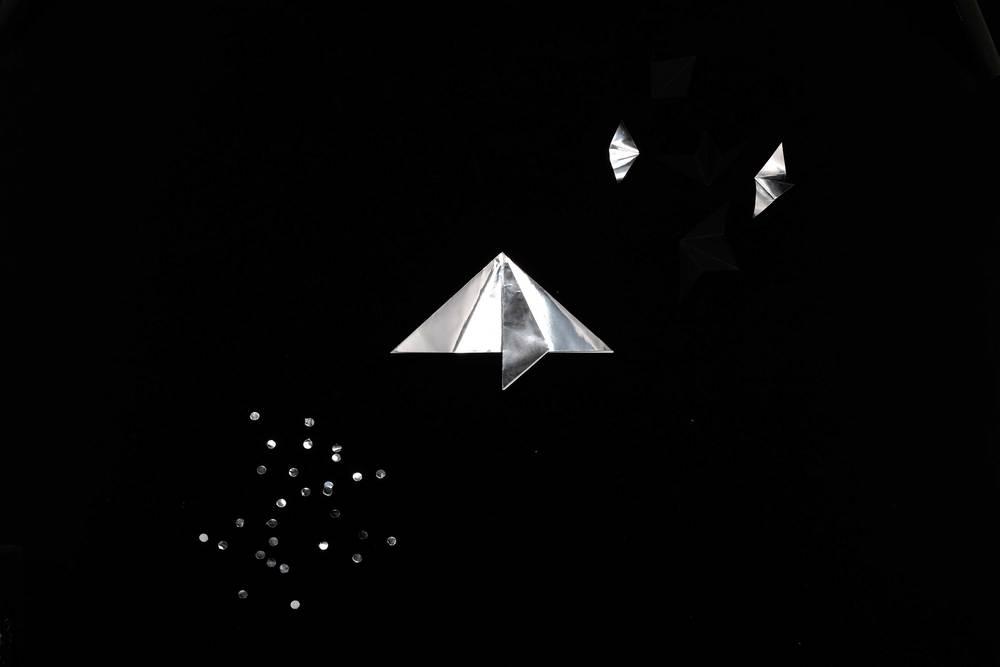 7. Pliez le papier en triangle et pliez les pointes en les alignant sur le pli du milieu