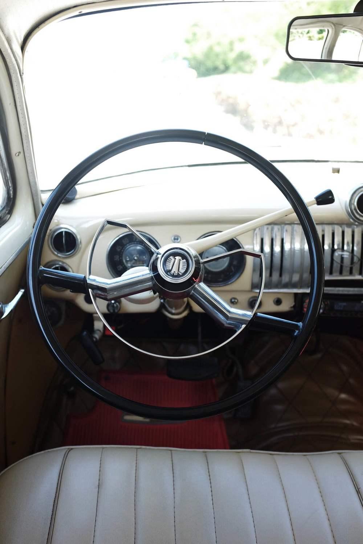 L'intérieur du vieux taxi d'Ivan.