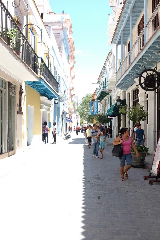 Les rues ensoillelées de la Havana Vieja.