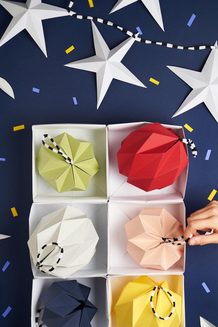 Nos pliages de boules de Noël en papier.