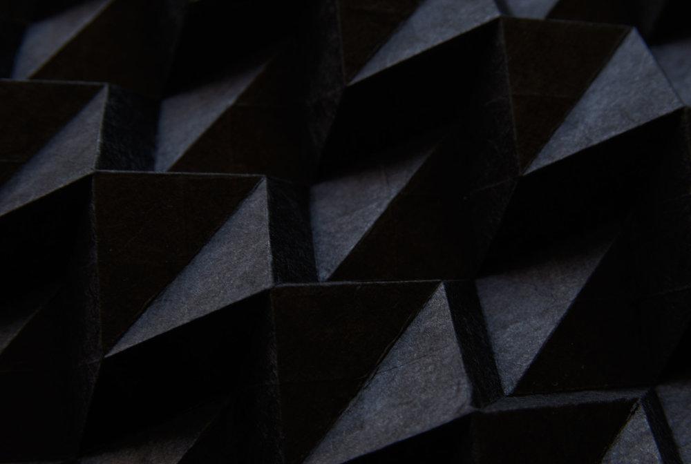 Kalo [noir/black] -Sold out - Fabriqué à la main au Népal à partir de l'écorce de la plante de Lokta qui provient des hautes altitudes de l'Himalaya, ce papier d'un noir profond est durable et texturisé.Unique dans sa fibre, et cela à chaque feuille, il porte en lui une histoire faite pour durer des millénaires.