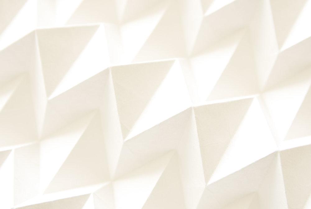 Shiro [blanc/white] - Fait au Japon, le papier washi est le papier traditionnel de la culture du pays du soleil levant. Fait à la main à partir de trois écorces que sont le mûrier à papier dit Kozo, le Gampi et le Mitsumata.Ce papier aux longues fibres est à la fois fort et doux au touché.Shiro est une invitation à la méditation et à la tranquillité d'esprit.
