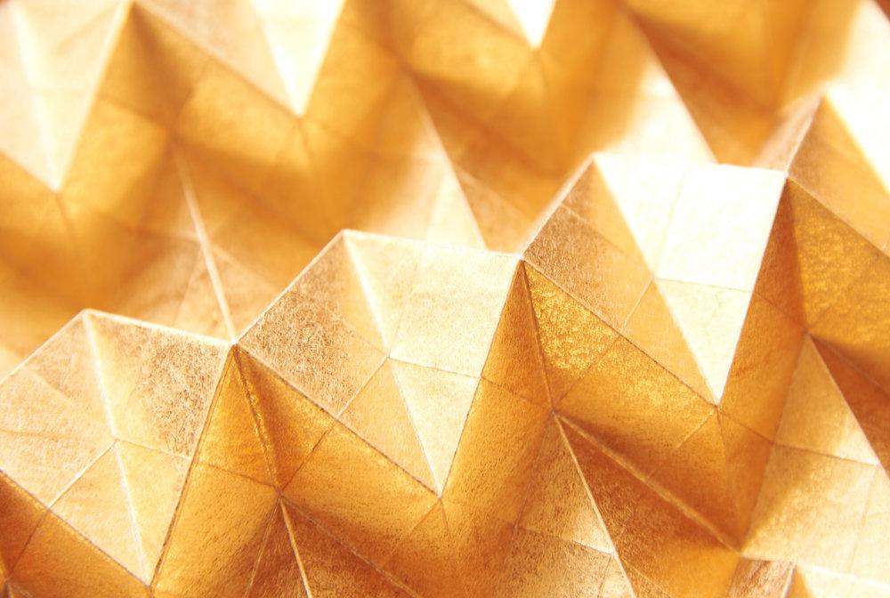 Kinzoku [gold/silver] - Fait au Japon, à partir de la plante de Kozo, aussi appeléle mûrier à papier, ce papier parle de lui même par sa texture éclatante, or et argent, empreinte dans la fibre du papier. Ce pliage qui s'apparente à s'y méprendre à une véritable feuille de métal, amènera une touche précieuse et unique à vos murs.