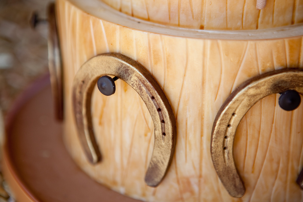 20-faux-bois-wedding-cake-horseshoe