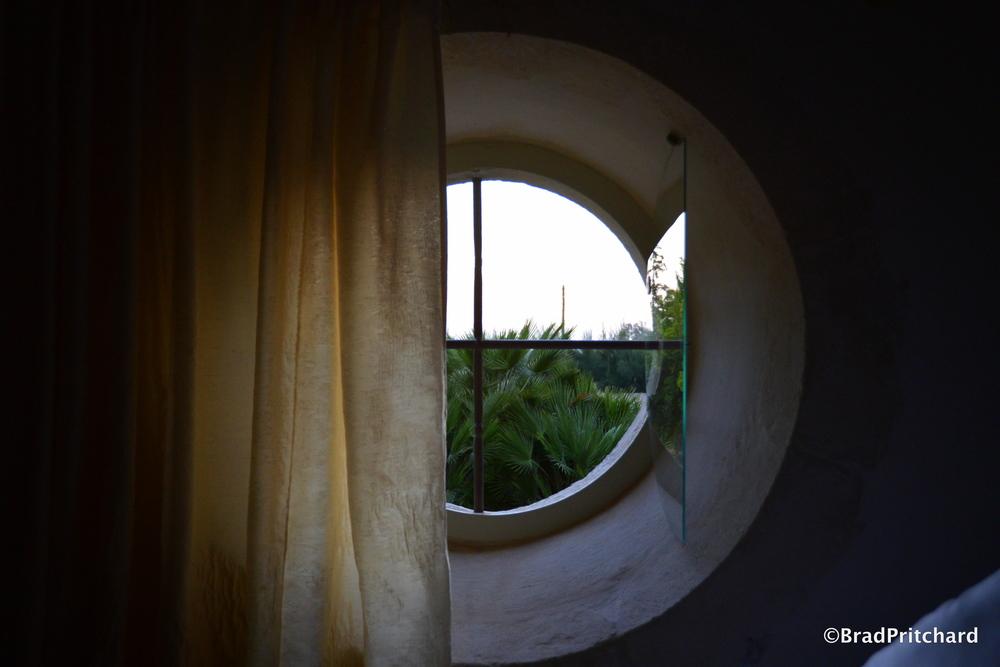 Metohi Kindelis: Soft, early morning light showering the bedroom