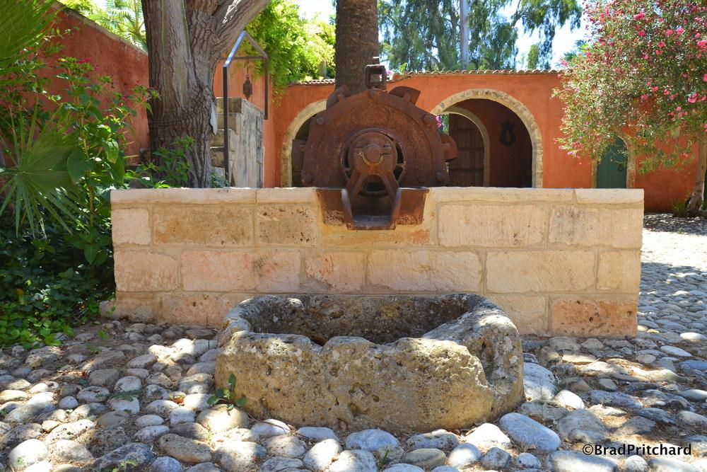 Metohi Kindelis: The old, rusty well
