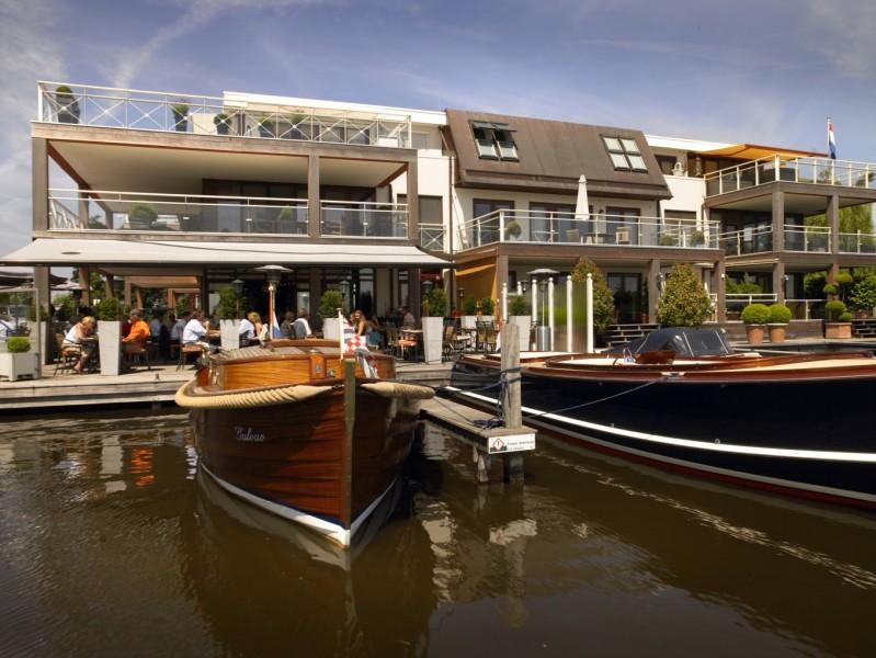 hotel vorokant met boten aangelegd klein.jpg