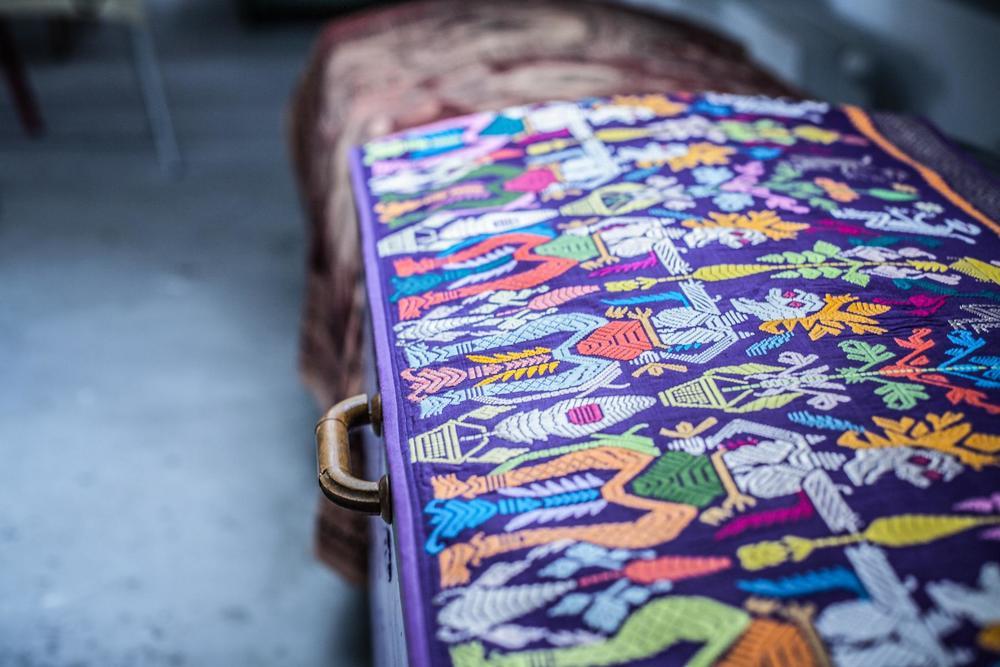 Cimerkin, Gaellin posuđeni, tematski miraz - svadbena ponjava s Balija i iza nje, svadbena indijska tapiserija  My roommate's, Gaella's, theme related dowry- a wedding quilt from Bali and behind it an Indian wedding tapestry