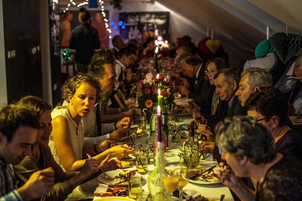 Trpeza puna hrane & ljudi :) The table is full of people and food.