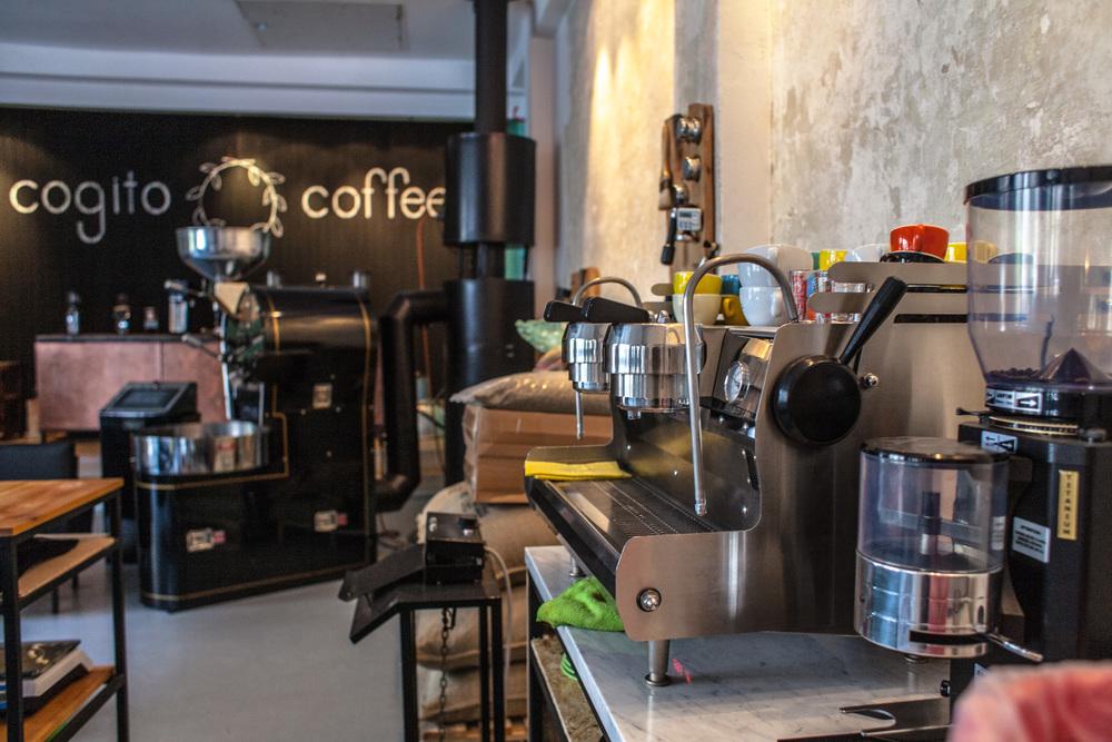 Unutrašnjost pržionice Cogito Coffeeu dvorištu Cafe u Dvorištu, Žerjavićeva 7- em lijepo, em mirisno, em - korisno! Ova će pržionica napraviti revoluciju u poimanju kave u Hrvata. Nakon što se navučete na pravu kavu - više vam se neće pit' obojana vodica koju se često poslužuje pod krinkom kave u većini kafića u Hrvatskoj. O kavi koju kupujemo u dućanima bolje da ne krenem pisat' ... volim biti afirmativna & pozitivna. Uglavnom.