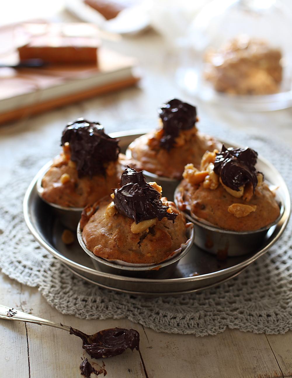 Masni & slasni muffin s domaćim, ručno odrađenim kikiriki maslacem i brdom čokolade. Tamne. 80 %. U biti sve lagano i dijetno ;)
