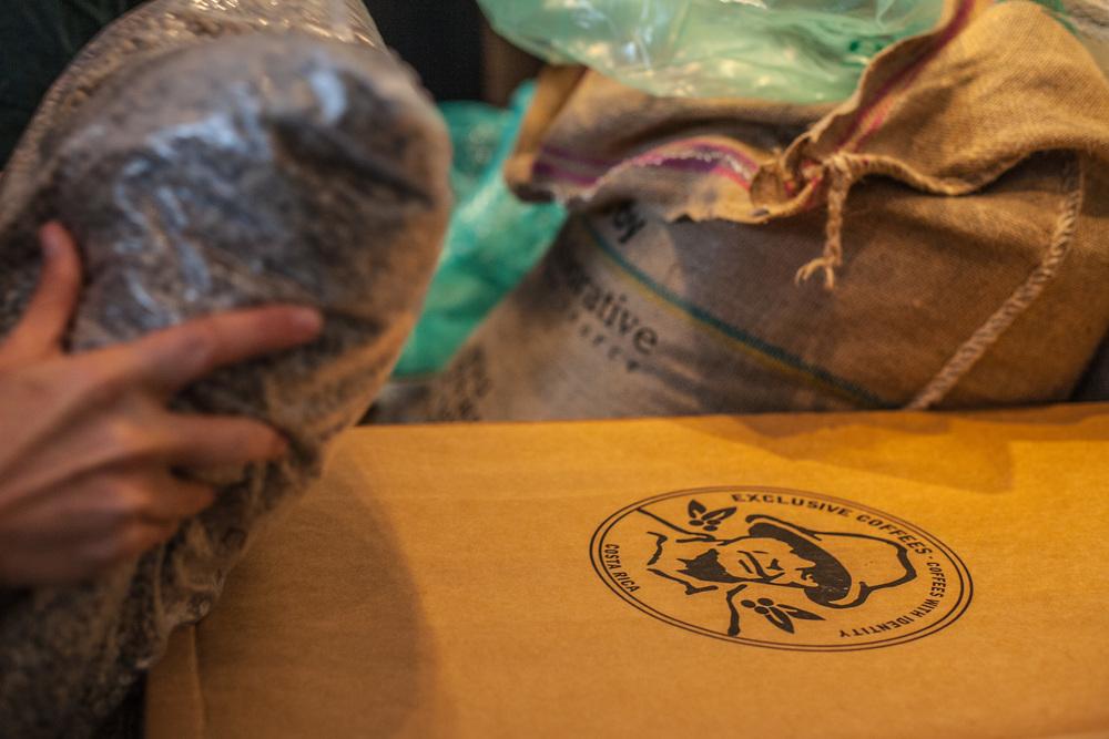 A onda kreće priča Od zrna do šalice -premiještanjem vreća punih sirove kave,pristiglih s Costa Rice ...
