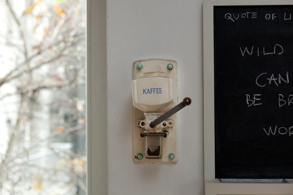 ... koju bih ručno samljela u zidnom mlincu za kavu (poklon bivše mi ljubavi) i servirala u neko blagdansko jutro ...
