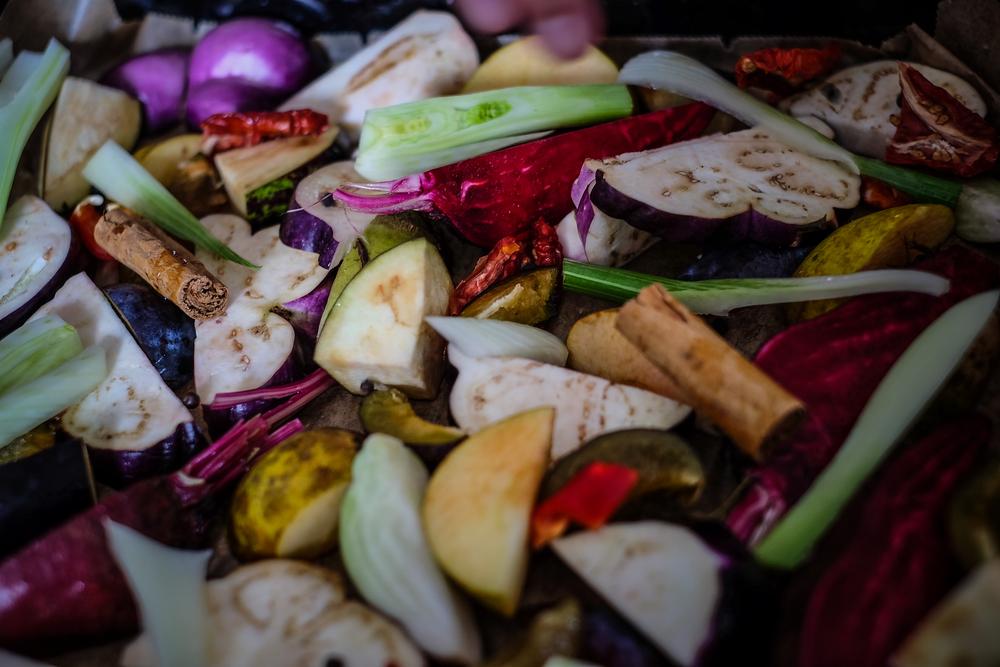 Svega tu ima: cikle, komorača, šljiva, sušenih rajčica, jabuka, patliđana, cimeta, chillija ...