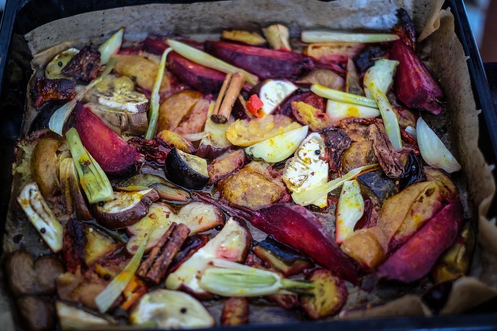 Dok ste rezali salatu, povrće se ispeklo ... djelomično (obratiti pozornost na šljive koje tako neodoljivo žutoljubišasto zrače iz ove fotke / protvana)